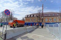 nizhny novgorod Russia - Kwiecień 27 2018 Dolzhanskaya ulica blisko stadionu futbolowego z blokującym ruchem drogowym na Obrazy Royalty Free