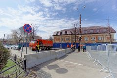 nizhny novgorod Russia - Kwiecień 27 2018 Dolzhanskaya ulica blisko stadionu futbolowego z blokującym ruchem drogowym na Obraz Royalty Free