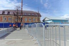 nizhny novgorod Russia - Kwiecień 27 2018 Dolzhanskaya ulica blisko stadionu futbolowego z blokującym ruchem drogowym na Zdjęcie Royalty Free