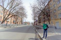nizhny novgorod Russia - Kwiecień 27 2018 Kerch ulica blisko stadionu futbolowego z blokującym ruchem drogowym w dzień próbnego f Fotografia Royalty Free