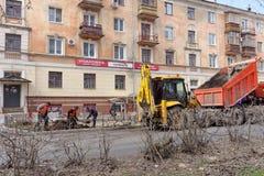 nizhny novgorod Russia - Kwiecień 26 2016 miejscy pracownicy robią przyszłościowym kwiatów łóżkom Obrazy Royalty Free