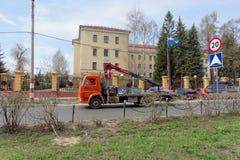 nizhny novgorod Russia - Kwiecień 26 2016 Miejska holownicza ciężarówka w znajdować mylnego parkującego samochód Zdjęcie Royalty Free