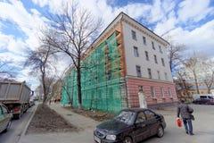 nizhny novgorod Russia - Kwiecień 27 2018 Pośpieszne naprawy i obraz fasady budynki blisko stadionu futbolowego na Mura Zdjęcie Royalty Free