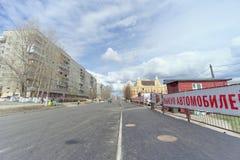 nizhny novgorod Russia - Kwiecień 27 2018 Sovnarkomovskaya ulica blisko stadionu futbolowego z blokującym ruchem drogowym dalej Fotografia Royalty Free