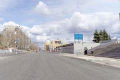 nizhny novgorod Russia - Kwiecień 27 2018 Sovnarkomovskaya ulica blisko stadionu futbolowego z blokującym ruchem drogowym dalej Obraz Stock