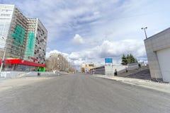 nizhny novgorod Russia - Kwiecień 27 2018 Sovnarkomovskaya ulica blisko stadionu futbolowego z blokującym ruchem drogowym dalej Zdjęcie Royalty Free