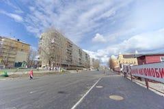 nizhny novgorod Russia - Kwiecień 27 2018 Sovnarkomovskaya ulica blisko stadionu futbolowego z blokującym ruchem drogowym dalej Obrazy Royalty Free