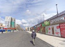 nizhny novgorod Russia - Kwiecień 27 2018 Sovnarkomovskaya ulica blisko stadionu futbolowego z blokującym ruchem drogowym dalej Obrazy Stock