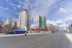 nizhny novgorod Russia - Kwiecień 27 2018 Sovnarkomovskaya ulica blisko stadionu futbolowego z blokującym ruchem drogowym dalej Zdjęcia Royalty Free