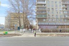 nizhny novgorod Russia - Kwiecień 27 2018 Sovnarkomovskaya ulica blisko stadionu futbolowego z blokującym ruchem drogowym dalej Zdjęcia Stock