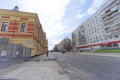nizhny novgorod Russia - Kwiecień 27 2018 Sovnarkomovskaya ulica blisko stadionu futbolowego z blokującym ruchem drogowym w dzień Obrazy Stock