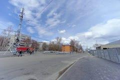 nizhny novgorod Russia - Kwiecień 27 2018 Sovnarkomovskaya ulica blisko stadionu futbolowego z blokującym ruchem drogowym w dzień Obraz Royalty Free