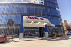nizhny novgorod Russia - Kwiecień 07 2016 Hampton Hilton hotelem na ulicznej maksymie Gorky 252 Obraz Stock