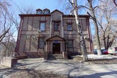 nizhny novgorod Russia - Kwiecień 07 2016 Mieszkaniowej kondygnaci drewniany dom w ulicznym Semashko, 23 Obrazy Stock
