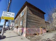nizhny novgorod Russia - Kwiecień 07 2016 Mieszkaniowy drewniany kondygnacja dom na ulicznym Kovalikhinskaya, 16 Zdjęcia Stock