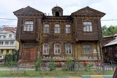 nizhny novgorod Russia - Lipiec 14 2016 Starej mieszkaniowej kondygnaci drewniany dom na Slavyanskaya ulicie 4 Zdjęcie Royalty Free