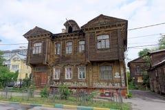 nizhny novgorod Russia - Lipiec 14 2016 Starej mieszkaniowej kondygnaci drewniany dom na Slavyanskaya ulicie 4 Fotografia Royalty Free