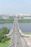 Nizhny Novgorod, Russia - 28 luglio 2016 Vista dall'alta banca sul ponte di Kanavinsky attraverso il fiume di Oka Fotografie Stock Libere da Diritti