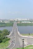 Nizhny Novgorod, Russia - 28 luglio 2016 Vista dall'alta banca sul ponte di Kanavinsky attraverso il fiume di Oka Fotografia Stock
