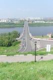 Nizhny Novgorod, Russia - 28 luglio 2016 Vista dall'alta banca sul ponte di Kanavinsky attraverso il fiume di Oka Fotografia Stock Libera da Diritti