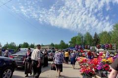 Nizhny Novgorod russia - Maj 10 2016 Mycket folk på fötter och i medel ska besöka kyrkogården på Radonitsa Arkivbilder