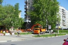 Nizhny Novgorod russia - Maj 11 2016 Reparation av rörledninggatan Sovnarkomovskaya Fotografering för Bildbyråer