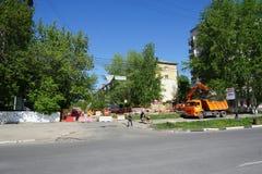 Nizhny Novgorod russia - Maj 11 2016 Reparation av rörledninggatan Sovnarkomovskaya Arkivfoton