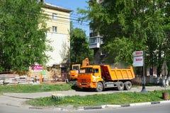 Nizhny Novgorod russia - Maj 11 2016 Reparation av rörledninggatan Sovnarkomovskaya Arkivbild