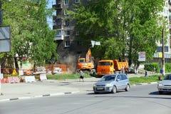 Nizhny Novgorod russia - Maj 11 2016 Reparation av rörledninggatan Sovnarkomovskaya Arkivbilder