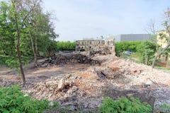 nizhny novgorod Russia - Maj 24 2018 Rozbiórka zaniechany mieszkaniowy kamienny budynek dwupiętrowy na Sovetskaya ulicie 2A Obraz Stock