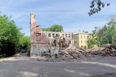 nizhny novgorod Russia - Maj 24 2018 Rozbiórka zaniechany mieszkaniowy kamienny budynek dwupiętrowy na Sovetskaya ulicie 2A Zdjęcia Royalty Free