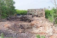 nizhny novgorod Russia - Maj 24 2018 Rozbiórka zaniechany mieszkaniowy kamienny budynek dwupiętrowy na Sovetskaya ulicie 2A Fotografia Royalty Free