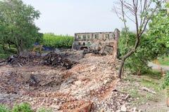 nizhny novgorod Russia - Maj 24 2018 Rozbiórka zaniechany mieszkaniowy kamienny budynek dwupiętrowy na Sovetskaya ulicie 2A Zdjęcie Royalty Free