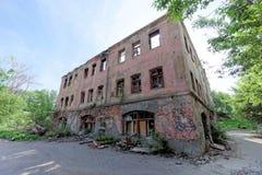 nizhny novgorod Russia - Maj 24 2018 Rozbiórka zaniechany mieszkaniowy kamienny budynek dwupiętrowy na Sovetskaya ulicie 2A Zdjęcie Stock