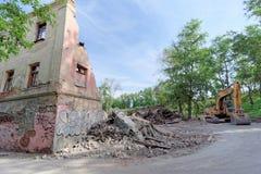 nizhny novgorod Russia - Maj 24 2018 Rozbiórka zaniechany mieszkaniowy kamienny budynek dwupiętrowy na Sovetskaya ulicie 2A Zdjęcia Stock
