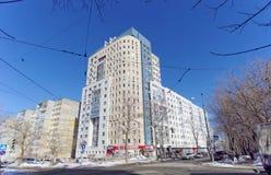 Nizhny Novgorod russia - Mars 29 2018 Bostads- mång--våning hus på Malaya Yamskaya gata 65 Royaltyfri Fotografi