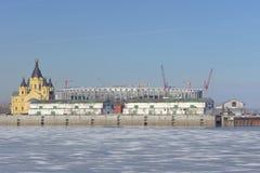 Nizhny Novgorod russia - Mars 14 2017 Domkyrkan av Alexander Nevsky och konstruktionen av en fotbollsarena Royaltyfri Bild