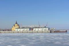 Nizhny Novgorod russia - Mars 14 2017 Domkyrkan av Alexander Nevsky och konstruktionen av en fotbollsarena Arkivbild