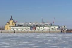 Nizhny Novgorod russia - Mars 14 2017 Domkyrkan av Alexander Nevsky och konstruktionen av en fotbollsarena Arkivbilder