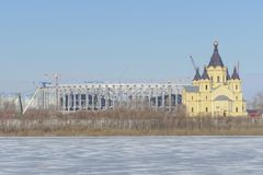 Nizhny Novgorod russia - Mars 14 2017 Domkyrkan av Alexander Nevsky och konstruktionen av en fotbollsarena Royaltyfri Foto