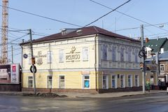 Nizhny Novgorod russia - Mars 11 2017 Gammalt bostads- stenhus på den Ilinskaya gatan 87 Arkivfoton