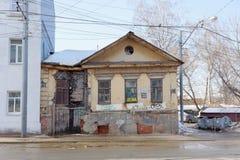 Nizhny Novgorod russia - Mars 11 2017 Gammalt kollapsande bostads- stenhus med trägolvIlinskaya gata 89 Royaltyfria Foton