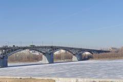 Nizhny Novgorod russia - Mars 14 2017 Kanavinsky bro över den Oka floden Sikt från den höga banksidan Arkivfoton