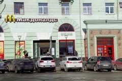 Nizhny Novgorod russia - Mars 18 2016 McDonald's restaurang på Maxim Gorky Square Fotografering för Bildbyråer