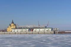 nizhny novgorod Russia - Marzec 14 2017 Katedra Aleksander Nevsky i stadion futbolowy budowa Zdjęcie Stock
