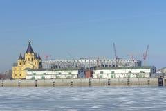 nizhny novgorod Russia - Marzec 14 2017 Katedra Aleksander Nevsky i stadion futbolowy budowa Obrazy Stock
