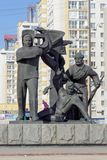 Nizhny Novgorod, Russia - 14 marzo 2017 Il gruppo scultoreo è un lavoratore, un soldato e un agricoltore collettivo vicino ai wi  Immagini Stock