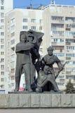 Nizhny Novgorod, Russia - 14 marzo 2017 Il gruppo scultoreo è un lavoratore, un soldato e un agricoltore collettivo vicino ai wi  Immagini Stock Libere da Diritti