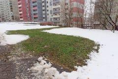Nizhny Novgorod, Russia - 28 novembre 2016 Sopra il tubo sotterraneo con l'acqua calda ha fuso la neve Immagini Stock Libere da Diritti