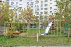 Nizhny Novgorod russia - Oktober 13 2016 Children& x27; s-lekplatsen fäktas med ett staket med en låst port Royaltyfri Bild